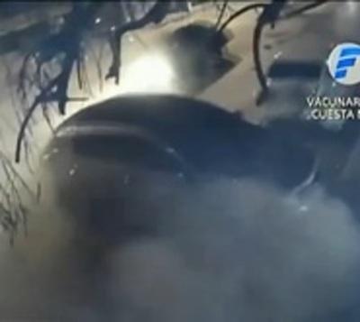 Joven se estrella contra dos vehículos estacionados