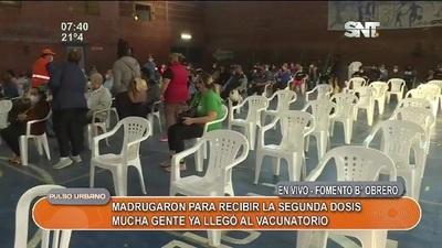 Personas madrugaron para ser inyectados con segunda dosis en Barrio Obrero