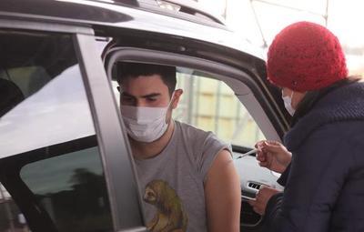 Continúa vacunación a personas de 20 años en adelante solo en el Rubén Dumot