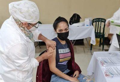 Vacunación de mayores de 20 años prosigue este lunes