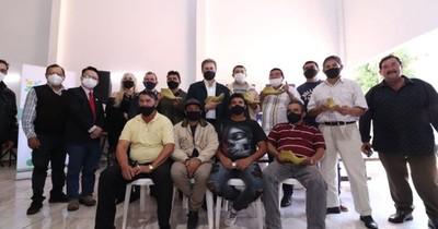La Nación / Comisión de zapateros de Caaguazú recibió materiales para mejorar sus productos