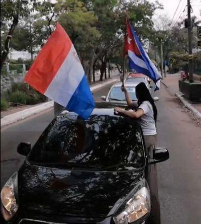 Cubanos en Paraguay apoyan a sus compatriotas y exigen el cese de la represión en la Isla