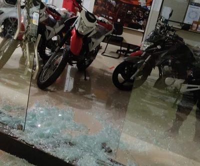 Hurtan motos de local comercial