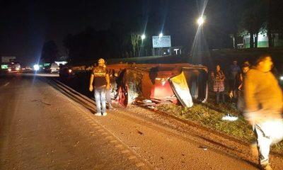 Conductor fallece en aparatoso accidente y su esposa e hija se salvan de milagro