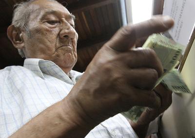Más de 239.000 adultos mayores y otros pensionados cobrarán el 30
