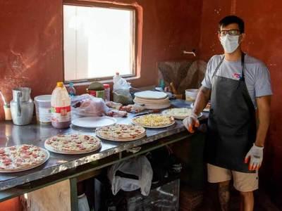 Joven privado de libertad elabora y vende pizzas como parte de su proceso de reinserción social
