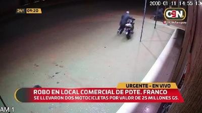 Roban dos motocicletas de un local comercial de Pdte. Franco