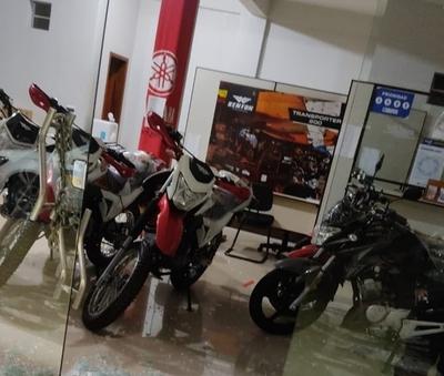 Roban dos motocicletas de local comercial en CDE