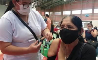 Mujer de 66 años amenaza con echar a sus hijas de la casa