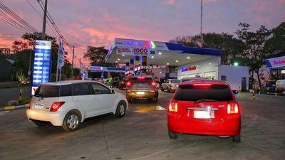 Vehículos se agolpan por promoción en Petropar de Villa Elisa