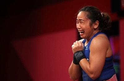 Atleta rompe en llanto tras ganar la primera medalla de oro para su país