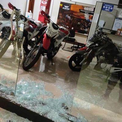 Rompen blíndex de local comercial y roban dos motos