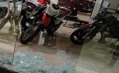 Rateros quiebran blindex de local comercial y hurtan dos motocicletas