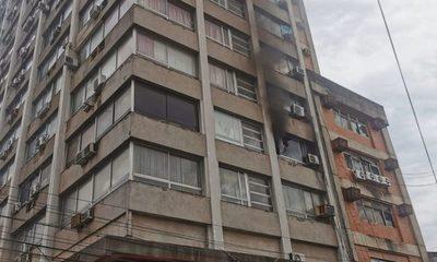 Controlan principio de incendio en un edificio de Asunción