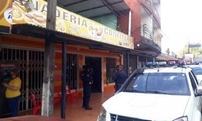 Hurtan vehículo estacionado frente a una panadería