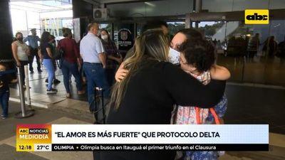 Viajeros llegan, se les abraza y a sus familiares no les exigen cuarentena
