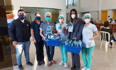 Policlínico de la Coopafiol regala kits de medicamentos a quienes acuden al vacunatorio
