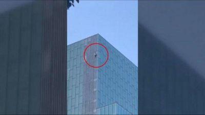 Barcelona: Un joven escala sin protección un hotel de 120 metros de altura