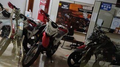 Roban dos motocicletas de local de ventas en Ciudad del Este