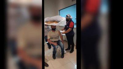 Chipero fue a vacunarse con su canasto sobre la cabeza