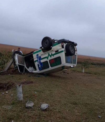 Ambulancia de Coronel Bogado vuelca en Misiones
