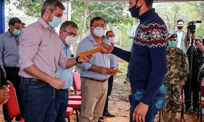 Mario Abdo entregó becas universitarias y aportes para salud en Caazapá