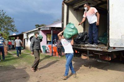 Yacyretá asiste con kits de víveres a pescadores afectados por la bajante del Paraná