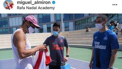 Almirón le regaló una camiseta de la Albirroja a Rafael Nadal