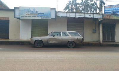 Vetusto auto está estacionado en la calle desde hace años