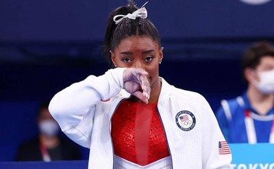 La gimnasta Biles explica su retirada por 'demonios en la cabeza'