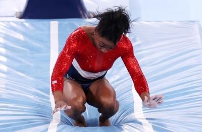 Simone Biles abandona prueba olímpica a causa del estrés