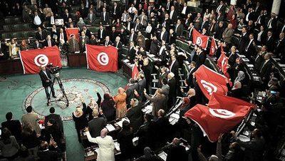 Máxima tensión en Túnez tras suspensión del Parlamento y destitución del primer ministro