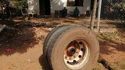 Micro perdió su rueda y casi fue a parar contra abuelitos