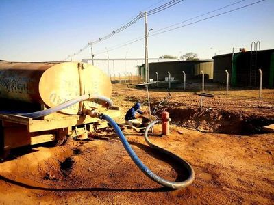 Acueducto: agua segura comienza a ser acarreada a la población