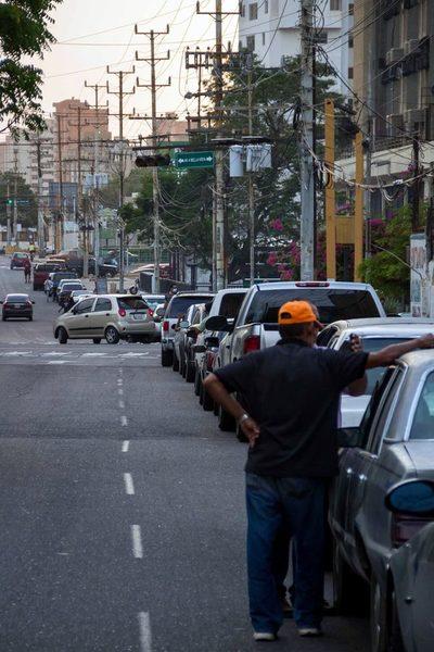 """La oposición venezolana dice que las filas por gasolina son """"política de Estado"""""""