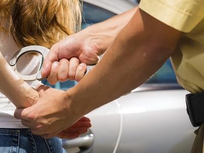 En Florida detienen a una mujer que encerraba a su hija autista en una jaula
