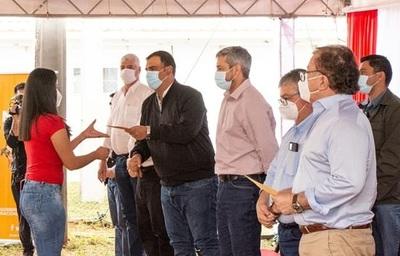 Estudiantes de Caazapá reciben el pago de becas EBY