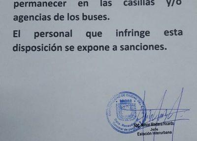 Fiscalizadores municipales son obligados a permanecer en la lluvia y el frío en parada de buses