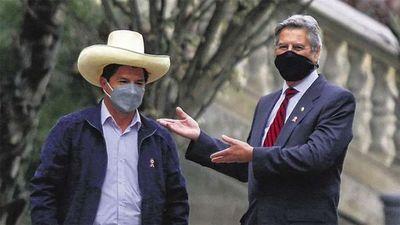 Pedro Castillo asume en Perú con retos en salud, economía y política