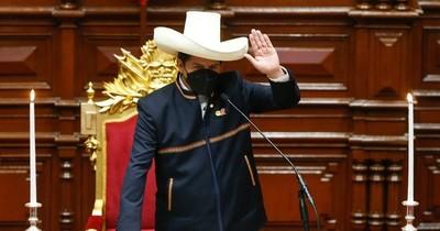 """La Nación / Asumió Pedro Castillo, """"el primer presidente pobre"""" de Perú"""