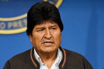 ¿Alcoholizado? Difunden imágenes de Evo Morales en un restaurante de Perú