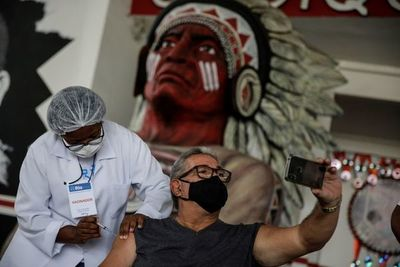 Ministro celebra marca de 100 millones de brasileños vacunados con una dosis
