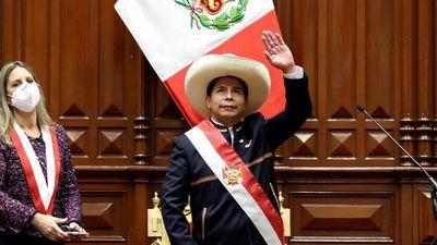 Castillo asume y anuncia plan para reformar la Constitución de Perú