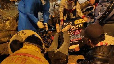 Árbol cayó sobre una joven que iba en moto