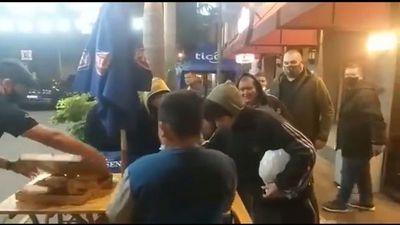 Chilavert repartió sándwiches a niños trabajadores de la calle