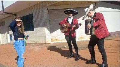 Puso los cuernos y ahora pide perdón con mariachi