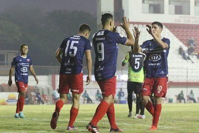 Fernando de la Mora aplasta al Trébol
