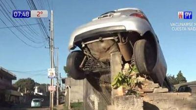 Un automóvil quedó colgado de un muro en Luque