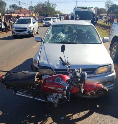 Joven motociclista muere al ser atropellado por un automóvil