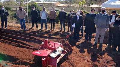 Entregan multicultivadores a Escuela Agrícola y a mujeres de Minga Guazú